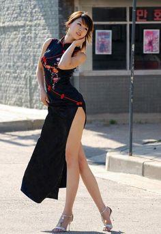 Sensual asian girl via Beauty And Fashion, Asian Fashion, Asian Hotties, Asia Girl, Beautiful Asian Women, Pretty Asian, Simply Beautiful, Ao Dai, Sexy Asian Girls