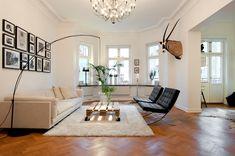 Sillas Barcelona de Mies Van der Rohe y una mesa de centro de palet