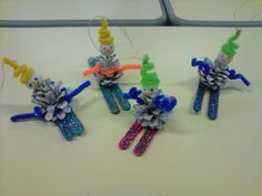 skieurs en pommes de pin pour le sapin Hanukkah, Skiing, Christmas Crafts, Animation, Fun, School, Nature, Ideas, Bricolage Noel