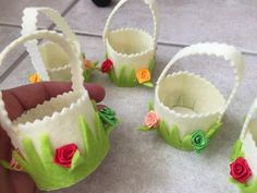 Lot de 24 panier feutrine pour dragée fait main. 24 panier feutrine blanc crème herbe verte ,4 petite fleurs tissus (verte,rouge,jaune,et saumon).  il sont VIDE à vous de les - 19835285
