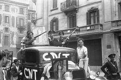 City. Windows. Description: Anarchist militiamen on a car/ Milicianos anarquistas en un coche Place: Barcelona Date: 1936