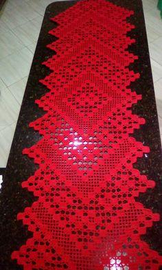 Caminho de mesa crochê filé, feito com 2 novelos Anne.