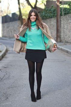trendy_taste-look-outfit-street_style-moda_españa-fashion_spain-chic-elegante-arreglado-salones_negros-medias_negras-chaqueta_beis-beige_jacket-paño-jersey_turquesa-turquoise_knit_sweater-cos-polaroid-14