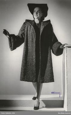 Kvinna i persianpäls och svart hatt. Foto  Erik Holmén för Nordiska  Kompaniet 84a70ffd13f3e