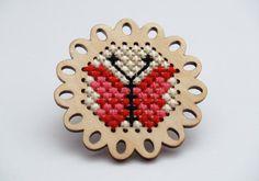 Γεια, βρήκα αυτή την καταπληκτική ανάρτηση στο Etsy στο https://www.etsy.com/listing/207963563/embroidered-cross-stitch-brooch-with-a