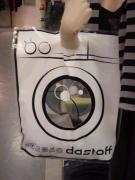 세탁소 쇼핑백.  세탁기 모양으로 쇼핑백을 만들어 예쁜 디자인을 통해 효과적으로 세탁소 광고를 하고있다.