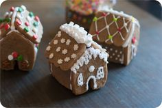 Mini Gingerbread Houses (from ONE cookie cutter!)