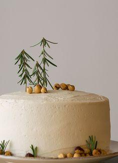 Xmas scented cake with fluffy vanilla buttercream | thehungrybites.com