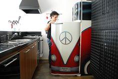 Ótima idéia da artista brasileira  Simone Sapienza Siss. Para uma geladeira velha e riscada, adesive!