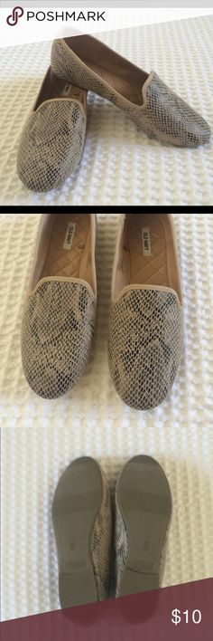 Old Navy flats Never worn. Super stylish flat. Can be worn with almost anything! From a smoke and pet free home. Old Navy Shoes Flats & Loafers