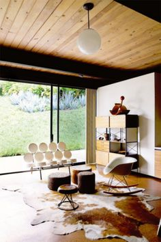 Mid-century modern house interior design - Dream Beach House in Miami Modern Home Interior Design, Interior Architecture, Style At Home, Haus Am See, Mid Century House, Mid Century Modern Design, Herman Miller, Home Fashion, Living Spaces