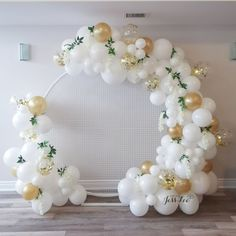 White and gold balloon arch on a round mesb backdrop for a baby shower 1st Birthday Girl Decorations, Girls Birthday Party Themes, Balloon Decorations Party, Gold Backdrop, Balloon Backdrop, Round Balloons, White Balloons, Baloon Garland, Ballon Arch