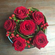 Algo diferente para este sabado... Tonos rojo y verde #finaflor_py #rose #flores #regalo #paseillo #sinfiltro #asuncion