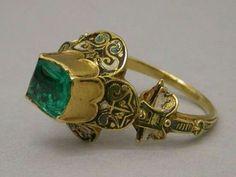 Anel espanhol, do seculo XVI, ouro com esmeralda colombiana.
