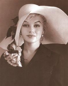 Marilyn Monroe looks stunning sporting a fabulous hat #VDJfashion #racefashion #accessories #hats