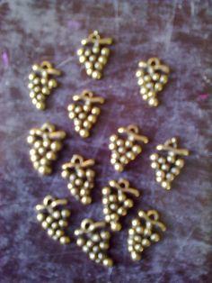 lot de 12 breloques grappes de raisin couleur viel or : Supports pendentifs, cabochons par claudeplume