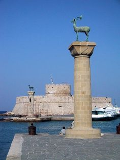 A guide to travel and tourism describing the best places to visit on the island of Rhodes, Greece. Acropolis Greece, Holiday Places, Italy Tours, European Tour, Medieval Town, Historical Architecture, Travel And Tourism, Best Vacations, World Heritage Sites