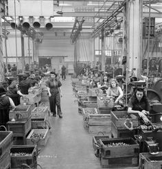This is what factories looked like during when men were at war and women took over there jobs, many women but not many men. Labor Photos, Arsenal, The Blitz, Many Men, Us History, Back In Time, World War Ii, The Expanse, Ww2