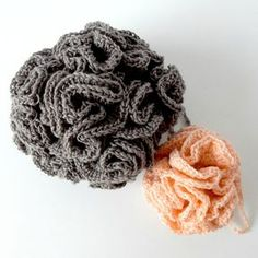 fleurs de douche - tawashi de bain - bath pouf - Anisbee Diy Crochet Amigurumi, Crochet Diy, Crochet Wool, Crochet Granny, Crochet Crafts, Crochet Projects, Crochet Kitchen, The Body Shop, Crochet Flowers