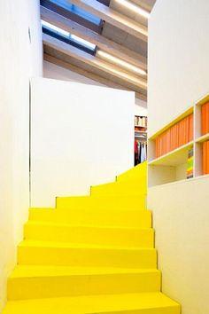 Une peinture jaune vif pour donner un look moderne à des escaliers bois contreplaqué
