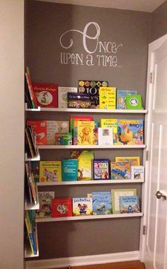 Boekenwand baby kinderkamer