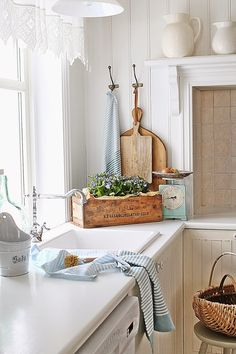 I love this kitchen decor! More pretty ideas of cottage decor on Dagmar's Home is part of Cottage decor Scandinavian - I love this kitchen decor! More pretty ideas of cottage decor on Dagmar's Home cottage farmhouse kitchen Scandinavian Cottage, Swedish Decor, Swedish Style, European Style, Scandinavian Style, Cottage Kitchens, Farmhouse Kitchen Decor, Cottage Farmhouse, Farmhouse Design