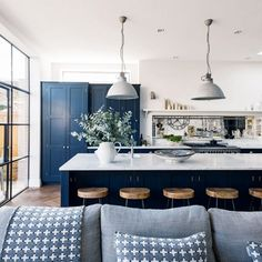Navy kitchen ideas – Navy blue kitchens that look cool and stylish After navy kitchen ideas? This classic and smart shade of blue can create a crisp and sophisticated look in any navy kitchen Blue Kitchen Island, Navy Kitchen, Blue Kitchen Decor, Kitchen Cabinet Colors, Kitchen Colors, Kitchen Interior, Kitchen Cabinets, Design Kitchen, Blue Kitchen Ideas