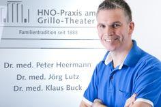 Dr. med. Jörg Lutz am Eingang der HNO-Praxis am Grillo-Theater in Essen