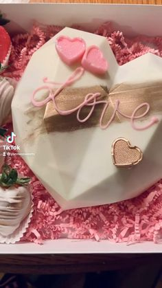 Chocolate Pinata, Hot Chocolate Gifts, Chocolate Bomb, Chocolate Bouquet, Chocolate Hearts, Cake Pop Decorating, Cake Decorating Techniques, Chocolate Covered Treats, Pinata Cake