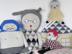 Lucky Boy Sunday è un brand danese che crea pupazzi e complementi d'arredo in maglia, moderni e lussuosi.   Ogni pezzo della collezione viene realizzato a mano in Bolivia, dalle cooperative locali di commercio equo, utilizzando al cento per cento morbida lana d'alpaca.