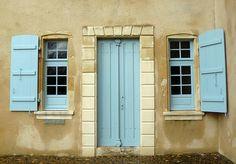 """Montfort-en-Chalosse (Landes),  musée de la Chalosse, demeure """"capcazalière """" de Carcher, avec le bleu traditionnel des boiseries extérieures."""