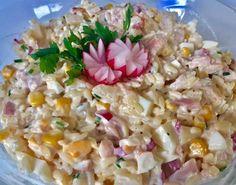 Sałatka z wędzonym kurczakiem i ananasem Jedna z lepszych sałatek jakie ostatnio jadłam. Rewelacyjne połączenie wędzonego kurczaka z ananasem, makaronem ryżowym, jajkami, kukurydzą…i jeszcze kilkoma składnikami 😉 Polecam!  Składniki: 2 wędzone udka z kurczaka 1 puszka ananasów pół szklanki odsączonej kukurydzy konserwowej 200g makaronu ryżowego (lub innego drobnego makaronu) 4 jajka 5-6 rzodkiewek pół … Appetizer Salads, Appetizer Recipes, Appetizers, Chicken Salad, Pasta Salad, Tortellini, Coleslaw, Potato Salad, Food And Drink