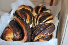 Egy igazán jól elkészített péksütemény nekem sokkal többet ér mindenféle összetett textúrákat és ízeket kombináló tányérdesszertnél vagy újhullámos kupolácskánál. Az előbbi kategóriába tartozik ez a csokis kalács, a babka.  Az eredetének pontos történetét nem lehet…