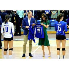 They just finished watching an exhibition match with the campus' nationally ranked women's volleyball team. Kate really loves volleyball and I think she also likes the jerseys for the kids❤ #RoyalVisitCanada #katemiddleton #duchesskate #dukewilliam #princewilliam #britishroyals #britishroyalfamily #volleyball #ubc