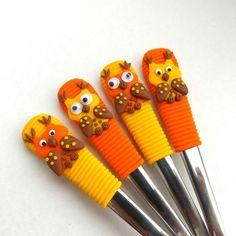 Čajové lžičky - vykulené sovičky (oranžovo žluté) Clay Mugs, Clay Miniatures, Clay Tutorials, Cutlery, Polymer Clay, Arts And Crafts, Polymers, Spoons, Biscuits
