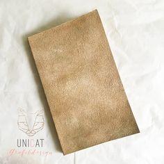 """Notizbuch """"Stone"""" """"Es ist nicht alles in Stein gemeißelt…""""  Mit dem Notizbuch in Stein-Optik kannst du das ändern! Keine Angst, du musst dir jetzt nicht Hammer und Meissel zulegen um in dem Buch zu schreiben. Ein Kuli oder Bleistift reicht völlig!  Das Cover ist mit einer speziellen Technik veredelt so dass es wie die Oberfläche von Stein ausschaut. Leicht verwittert, ein bischen moosig…  und hat eine angenehme, leicht rauhe Haptik. Mit Firnis versiegelt. #notizbuch #buchbinden"""