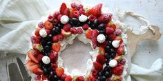 Med disse triksene lager du den vakreste pavlova til mai Pavlova, Meringue, All You Need Is Love, Ornament Wreath, Acai Bowl, Christmas Wreaths, Deserts, Goodies, Food And Drink