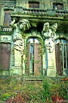 Le château aux Cariatides., de Siska : https://www.facebook.com/pages/Siska-Friches-Cheaps-Photographies/331565776876163