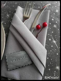 """biscuit """"Joyeux Noël"""" en porcelaine froide et pliage serviette en range-couvert. Décorer votre table rapidement et avec raffinement."""