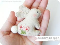 i ManuFatti | Spilla conigliosa / DIY Bunny Brooch (instructions in Italian & English ) #easter #freesewingpattern #tutorial