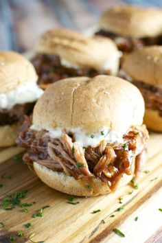Pork Sliders with Garlic Aioli A simple recipe for pulled pork sliders - let the slow cooker do all the work and top sliders with garlic aioli.A simple recipe for pulled pork sliders - let the slow cooker do all the work and top sliders with garlic aioli. Slow Cooker Recipes, Crockpot Recipes, Cooking Recipes, Meal Recipes, Sausage Recipes, Hacks Cocina, Onigirazu, Pulled Pork Sliders, Sliders Burger