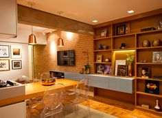 Apartamento pequeno e antigo se renova com ambientes integrados e novas cores