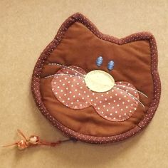 porta-moedas de tecido em formato de gatinho 13,5cm de largura x 13cm de altura R$ 48,00
