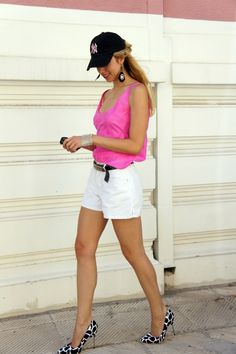 Love this look.i can add a yankee hat to any outfit :) New York Yankees, Yankees Hat, Team Apparel, Summer Beauty, Out Of Style, Feminine Style, Summer Wardrobe, Hair Looks, Going Out