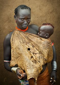 Bodi woman with her baby in Hana Mursi, Omo Valley, Ethiopia ©Eric Lafforgue African Tribes, African Women, African Art, Mother And Child Reunion, Mother And Father, We Are The World, People Around The World, Population Du Monde, Ethiopian Tribes