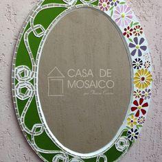 Espelho oval de vidro verde e flores coloridas