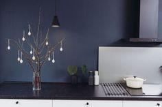 BLÅTT: Eline og Sigrud har valgt en dyp blåfarge til både kjøkkenet og stuen som gir et eksklusivt preg. Foto: Ole Martin Halvorsen