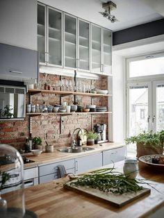 deco cocooning, cuisine rustique, mur en brique, îlot centrale en bois