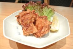 How to make Japanese fried chicken. This simple, yet authentic recipe as demonstrated by Chef Dai will turn your plain chicken into& The post Japanese fried chicken recipe & Tori no karaage appeared first on Bon apetit. Chicken Pakora, Chicken Cutlet Recipes, Cutlets Recipes, Fried Chicken Recipes, Bbq Chicken Drumsticks, Crispy Chicken Tenders, Chicken Cutlets, Japanese Fried Chicken, Korean Bbq Chicken