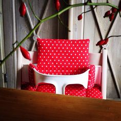 High chair cushion for the tripp trapp classic of stokke! It's red, it's coated and fits perfectly! And it really make a perfect christmas gift to mommy, dad and baby!